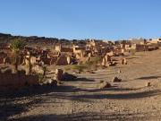 ancien  village en terre , mais en ruines .