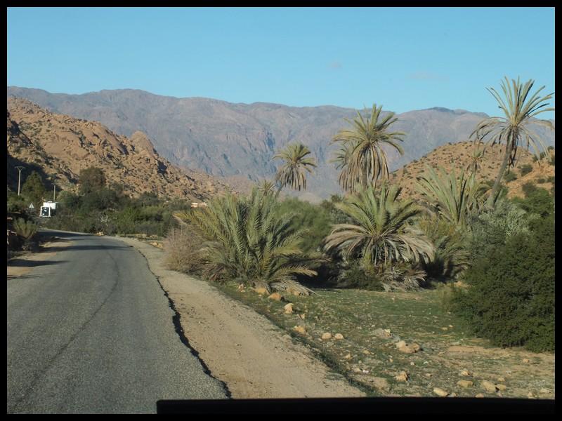 Routes étroites dans beaux paysages.
