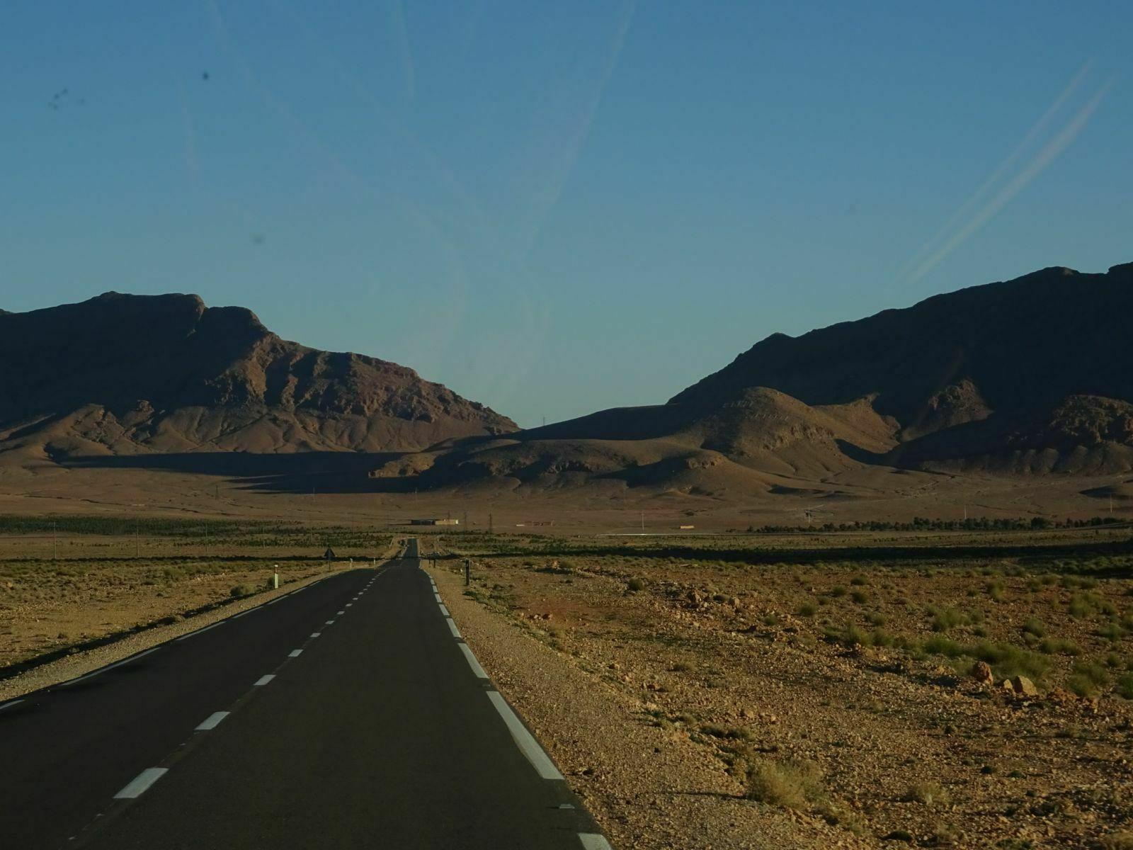 Route interminable dans desert