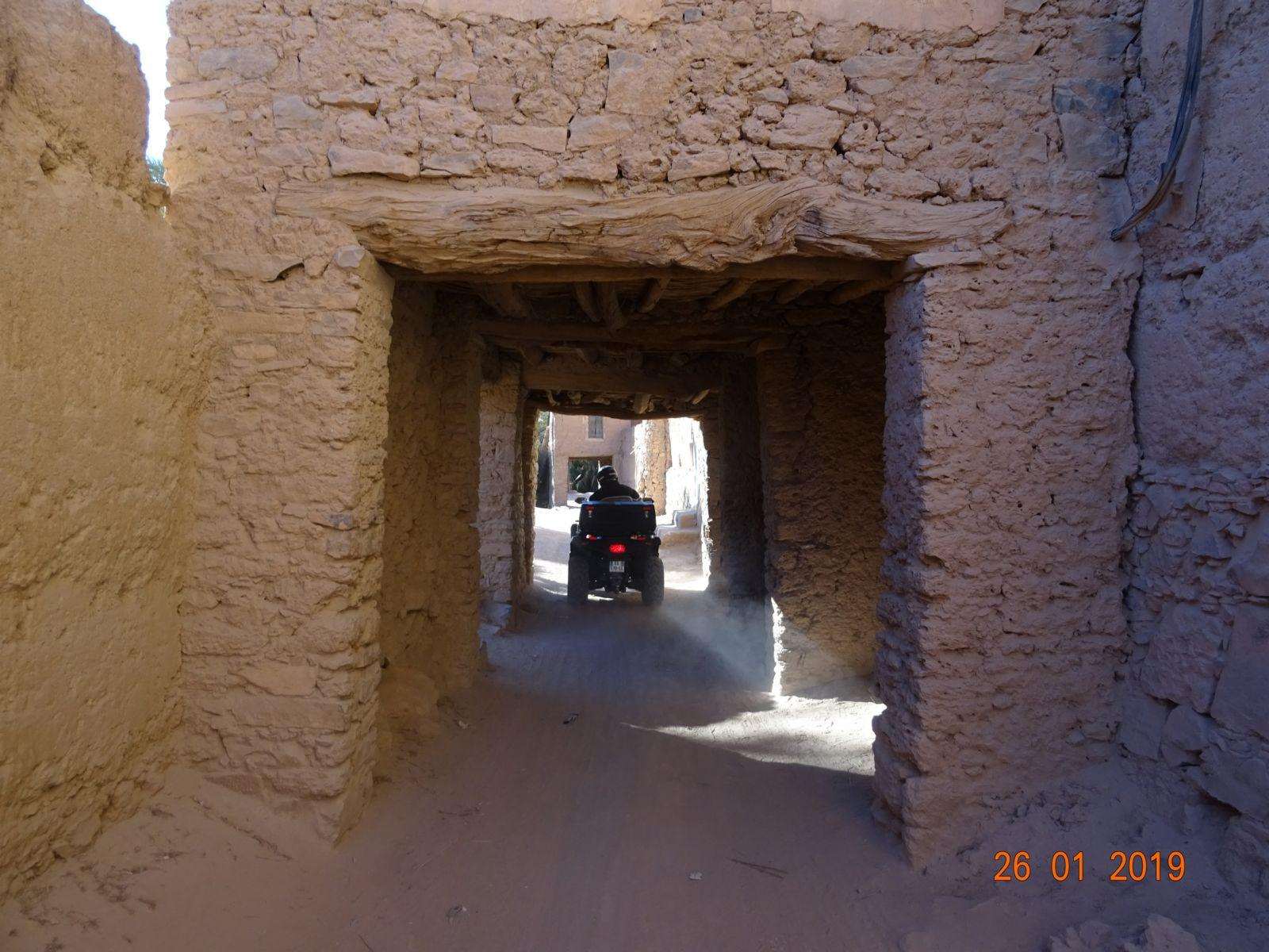 Traversee sous les maison du village